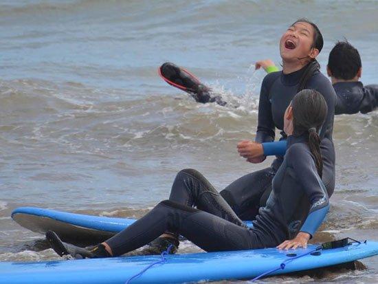 giovani fanno surf in irlanda